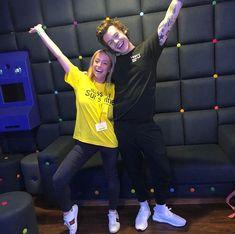 Harry with a fan backstage last night (London 4.12.18)