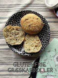 Low Fodmap venlige græskarboller som er lette og luftige. De smager af brød og har ikke den der fæle glutenfrie bismag som meget glutenfrit bagværk let får.