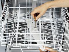 Sprüharm und Siebe einer Spülmaschine reinigen