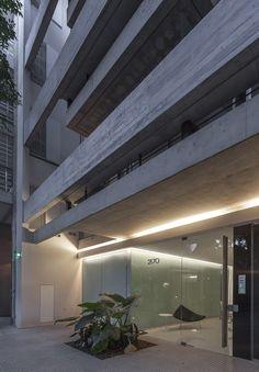 Image 24 of 26 from gallery of Ravignani 2170 / ATV Arquitectos. Photograph by ATV Arquitectos Concrete Architecture, Architecture Design, Fachada Colonial, Design Exterior, Concrete Houses, Industrial Loft, Lighting Design, House Design, Gallery