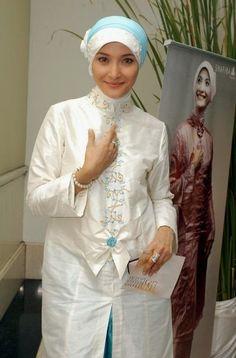 model kebaya muslim artis Model Kebaya Muslim, Model Kebaya Modern, Muslim Dress, Kebaya Brokat, Islamic Fashion, Princess Cut, Hijab Fashion, Dress Patterns, Ruffle Blouse