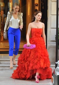 Blake Lively In Blake Livey And Leighton Meester On The Set Of Gossip Girl In Paris Blake Lively In &; Blake Lively In Blake Livey And Leighton Meester On The Set Of Gossip Girl In Paris Blake Lively In &; Gossip Girl Blair, Gossip Girls, Mode Gossip Girl, Estilo Gossip Girl, Gossip Girl Outfits, Gossip Girl Fashion, Fashion Tv, Gossip Girl Gowns, Gossip Girl Serena