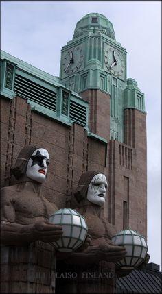 Kiss, one of the most famous rock bands in the world, will be caming to Helsinki in May 2017.  Welcome to Finland   Rautatieaseman kivimiehet pukeutuivat naamareihin Kiss-yhtyeen kunniaksi !   Photo Aili Alaiso Finland