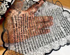 """不思議の国のアリスの""""英文""""を切り絵にする猛者あらわる 一文字一文字が一枚の紙から生み出される超絶技巧"""