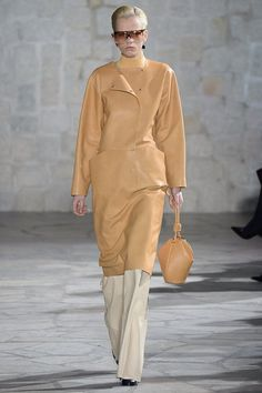 Loewe Fall 2015 Ready-to-Wear Fashion Show Minimal Fashion, Timeless Fashion, Minimal Style, All Black Fashion, High Fashion, Fashion Images, Edgy Outfits, Fall Trends, Fall 2015