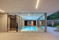 A nivel de suelo se ubicó la piscina y las habitaciones de huéspedes.
