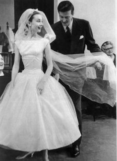 Hubert de Givenchy and Audrey Hepburn photographed during a dress fitting for the quintessential wedding gown Audrey wore in Funny Face, 1956 Boda Audrey Hepburn, Audrey Hepburn Wedding Dress, Audrey Hepburn Funny Face, Audrey Hepburn Givenchy, Wedding Dresses 2018, White Wedding Dresses, 50s Wedding, Movie Wedding, Gown Wedding