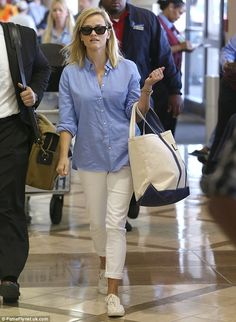 Reese Witherspoon Photos - Actress Reese Witherspoon arrives at LAX airport to catch a flight out of town with her son Tennesse on July 2013 in Los Angeles, California. - Reese Witherspoon and Her Son Leave LA Style Désinvolte Chic, Mode Style, Preppy Style, Look Fashion, Fashion Outfits, Womens Fashion, Camisa Beige, Spring Summer Fashion, Spring Outfits