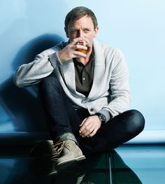 Daniel Craig embraces elements of classic American clothing for a timeless look that is effortlessly cool, while resembling the King of Cool, Steve McQueen. He graces the cover of the latest Esquire. Daniel Craig James Bond, Daniel Craig Interview, Daniel Craig Style, Craig Bond, Rachel Weisz, Style James Bond, Eminem, Service Secret, Daniel Graig