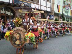 Toda a alegria da Oktoberfest, em Blumenau, Santa Catarina.