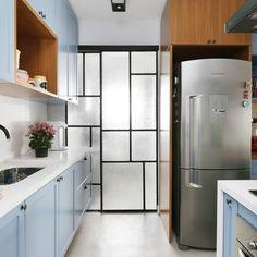 Projeto do escritório Mandril Arquitetura (Foto: Mariana Orsi) Kitchen Dining, Kitchen Decor, Kitchen Cabinets, Ikea Ma, Küchen Design, Interior Design, Dream Decor, Small Apartments, Cool Kitchens