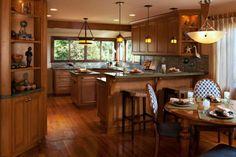 cuisine ouverte sur la salle à manger, aménagement bois, étagères murales décoratives