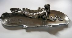 Extraordinary tin bowl with women figurine. - Catawiki