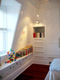 This kiddos bedroom is so lovely. :) Oh ... I'm pinning it because of the closet.