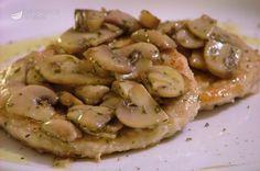 Le scaloppine ai funghi sono un secondo piatto di carne leggero e veloce, ma molto gustoso e saporito. Con la giusta cottura, a fiamma vivace e piuttosto breve, la carne resterà morbidissima.
