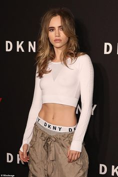 Work it! The model, displayed her toned abs in a long sleeve white crop top, teamed wi. Celebrity Bikini Bodies, Lily Collins Style, Victoria Secret Workout, Suki Waterhouse, Toned Abs, All Fashion, Celebrity Style, Crop Tops, Harry Truman