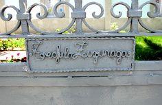Teófilo Zuzunaga firmó en la puerta de su casa en Umacollo, Arequipa.