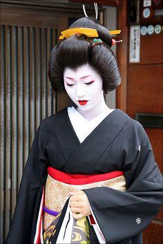More images of Kikutsuru here. Beautiful Japanese Girl, Japanese Beauty, Asian Beauty, Geisha Japan, Geisha Art, Kyoto Japan, Okinawa Japan, Samurai, Kimono
