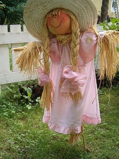 Little Girl Scarecrow Landry loves this! She wants to make her own scarecrow. Make A Scarecrow, Halloween Scarecrow, Fall Halloween, Scarecrow Ideas, Scarecrow Crafts, Halloween Stuff, Vintage Halloween, Halloween Makeup, Halloween Party
