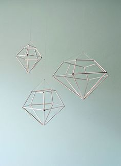 Géométrie > Les solides > DIY hanging diamond decor from contributor kathleen Diy Projects To Try, Craft Projects, Do It Yourself Upcycling, Room Deco, Diy And Crafts, Arts And Crafts, Diamond Decorations, Wedding Decorations, Diy Inspiration
