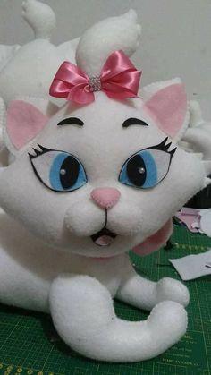 Eu Amo Artesanato: Gatinha Marie com molde Sewing Stuffed Animals, Stuffed Animal Patterns, Kitten Cake, Gata Marie, Cat Scarf, Sock Animals, Cute Plush, Cat Pattern, Felt Toys