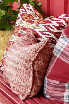 Kløverblomst FR1183, en sterk og trygg farge. Det røde har et landelig preg som sammen med hvitt og blått gir oss en nostalgisk sinnsstemning. #åretsfarge2017#rød#red#rødt#puter#mønster#benk#inspirasjon#uteplass#interiør#inspiration#Fargerike Throw Pillows, Toss Pillows, Cushions, Decorative Pillows, Decor Pillows, Scatter Cushions