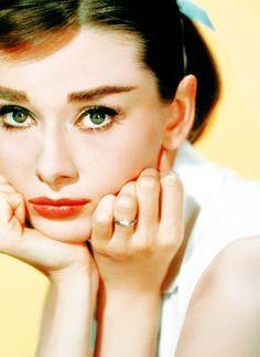 A sulking Audrey Hepburn:: Classic Beauties:: Old Hollywood:: Vintage Actresses Audrey Hepburn Outfit, Audrey Hepburn Mode, Aubrey Hepburn, Audrey Hepburn Photos, Classic Hollywood, Old Hollywood, Edie Sedgwick, Non Plus Ultra, Fair Lady