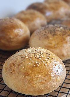 Qué buenas están las hamburguesas caseras. Y aún más si como nuestra amiga del blog Lemon and Tangerine, haces el pan también en casa. Apunta la receta.