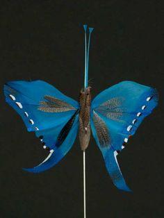 Vlinder op draad - 8 cm - blauw zwarte achtergrond