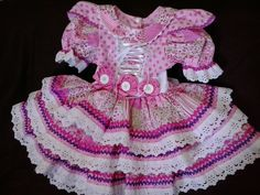 VESTIDO DE FESTA JUNINA    O traje completo é composto por:   - vestido - é produzido em tricoline nacional e importado liso e estampado   - calçola - em tricoline e renda   - saia de filó que dá armação para o vestido e dá mais GLAMOUR ao seu traje  No cinto contém 3 flores de fuxico feitas à mã... Baby Love, Baby Car Seats, Harajuku, Little Girls, Party Dress, Summer Dresses, Children, How To Wear, Glamour
