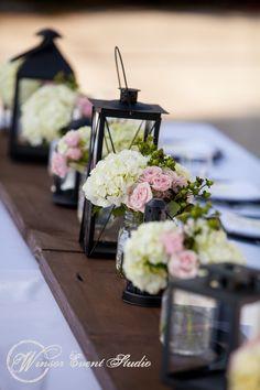 hier vielleicht weiße oder blaue Hortensien mit schönen spätsommerroten Rosen....und ein paar Lampinions oder so