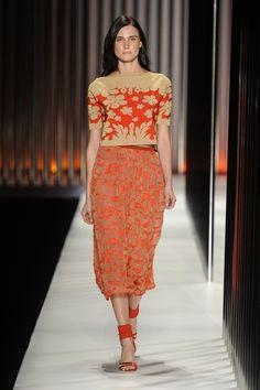 Blusa de tricô laranja com estampa de flores e saia midi de tricô laranja da GIG Couture.  MTP | Verão 2015 Fotos: Agência Fotosite