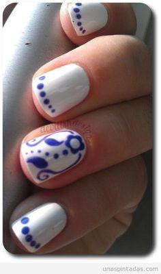Diseño de uñas sencillo con flores, hojas y puntos by @unaspintadascom