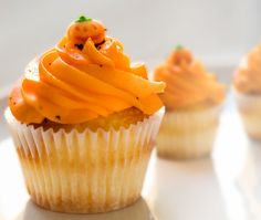 The fall is arriving, and the best thing about it is pumpkin pie, or even better, pumpkin cupcakes. Have you ever try cupcakes with Pumpkin Chai tea? Chai Cupcake Recipe, Chai Recipe, Cupcake Recipes, Dessert Recipes, Tea Recipes, Pumpkin Recipes, Holiday Cupcakes, Halloween Cupcakes, Halloween Party