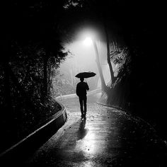 Lonely man in the fog and rain Photo Triste, Goldscheider, Alone Photography, Mysterious Universe, Rain Art, Walking In The Rain, Walking Man, Rainy Night, Rainy Days