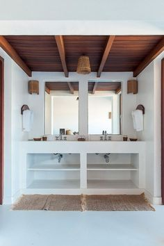 37 Small Bedroom Designs and Ideas for Maximizing Your Small Space That Pop - The Trending House Small Bedroom Designs, Small Room Bedroom, Small Rooms, Bedroom Ideas, Tropical Bedrooms, Tropical Bathroom, Home Interior, Interior Design Living Room, Spanish Bathroom