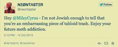 Miley Cyrus è abituata a far parlare di sè con video provocatori ed esibizioni imbarazzanti, ma questa volta è riuscita a scandalizzare http://tuttacronaca.wordpress.com/2013/10/15/miley-cyrus-e-la-provocazione-razzista-gaffe-sugli-ebrei/