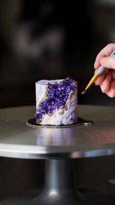 Cake Decorating Frosting, Cake Decorating Designs, Creative Cake Decorating, Cake Decorating Videos, Birthday Cake Decorating, Cake Decorating Techniques, Creative Cakes, Cake Decorating Amazing, Bolo Geode