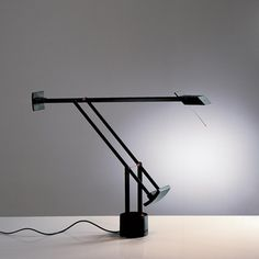 Richard Sapper, Tizio Lamp 1972 DIt is een voorbeeld, van echt design. Het straalt strakheid uit, serieusheid, een ' spot niet met mij' gevoel brengt deze beroemde lamp in mij naar boven.  NUMMER 1