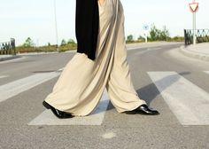 Look casual total Zara. Pantalón  pallazo nude, camiseta con mensaje y chaqueta de punto negro (Zara SS15). Zapatos Oxford de Pull&Bear SS15.