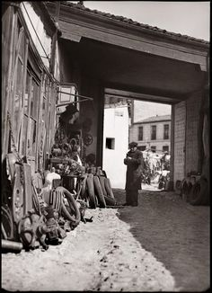 Chatarrería en el Rastro Diego González Ragel Madrid, c. 1930 Old Pictures, Old Photos, Vintage Photos, Call Of Cthulhu Rpg, Foto Madrid, Great Photographers, Historical Photos, Spanish, The Past