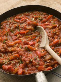 Piperade - traditioneel Baskisch gerecht gemaakt van groene paprika, ui en tomaat. Deze kleuren vertegenwoordigen de regionale vlag van het Baskenland.