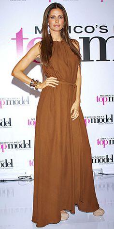 ELSA BENÍTEZ    La esbelta y elegante modelo mexicana optó por un sencillo vestido maxi marrón y tacones de plataforma color piel para asistir al lanzamiento de la nueva temporada de Mexico's Next Top Model, programa que ella conduce.