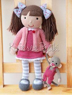 Nina i jej małpeczka - lalka wykonana na szydełku. Lalka ubrana jest w sukienkę, sweterek oraz szydełkowane buciki. Na głowie ma kokardk...