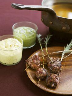 Fondue mit Lamm mit Knoblauch und Minz-Dip | Zeit: 30 Min. | http://eatsmarter.de/rezepte/fondue-mit-lamm-1
