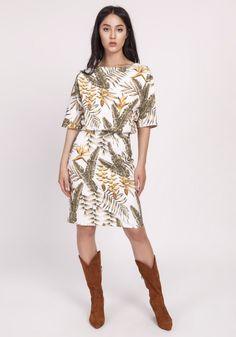 Kobieca sukienka, która w magiczny sposób podkreśla nogi i biodra. Luźna góra nadaje jej lekko nieformalny charakter. Idealna do biura i na popołudniowe wyjście. Spandex, Cold Shoulder Dress, High Neck Dress, Deco, Dresses, Fashion, Turtleneck Dress, Vestidos, Moda