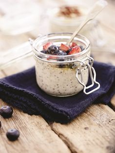 Healthy Breakfast: Overnight Porridge - FOOD FOR THE FAST LANE. Recipes to Power Your Body and Mind - Derval O'Rourke #TeamDerval Porridge Recipes, Porridge Food, Overnight Porridge, Breakfast Snacks, Cooking Recipes, Eat, Healthy, Desserts, Summer