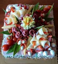 40 Most Beautiful And Inspirational Salty Cake Designs! 30 Inspiration for the most beautiful savory pies And you thought cakes are supposed to be sugary only? Here, you see a lot of pictures of these beautiful salty cakes that you are surely going to fal Meat Trays, Meat Platter, Food Platters, Cheese Platters, Party Snacks, Appetizers For Party, Appetizer Recipes, Food Carving, Sandwich Cake