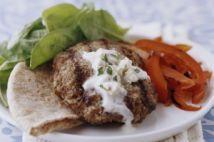 Hamburguesas griegas con crema de queso feta a las finas hierbas