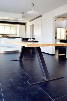 *Sinfonie aus Metall und Holz* Zu dieser Tischplatte aus Kirsch stellten wir nach Kundenwunsch Tischbeine her. Der Tisch ist 2.40 m lang und 1.10 m breit. Dank der praktischen Auszugsvorrichtung kann der Tisch mit einer Verlängerungsplatte um 40 cm erweitert werden. www.me-metallbau.ch